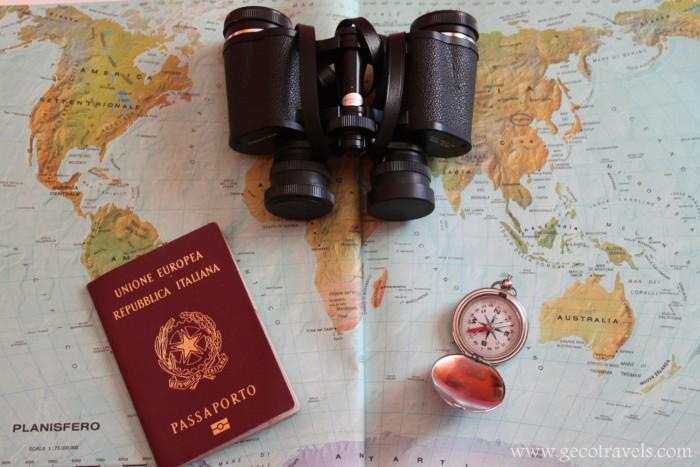 mappa geografica con passaporto e bussola