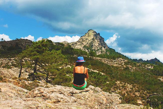 ragazza di spalle di fronte al una montagna