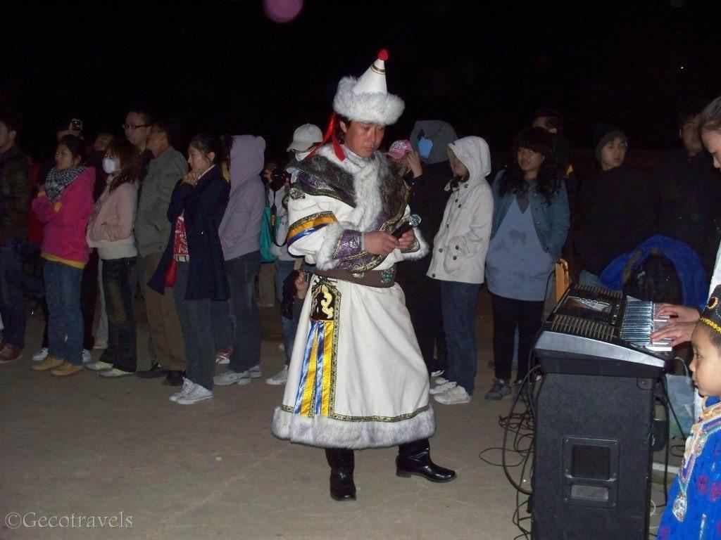 mongolo vestito tradizionalmente