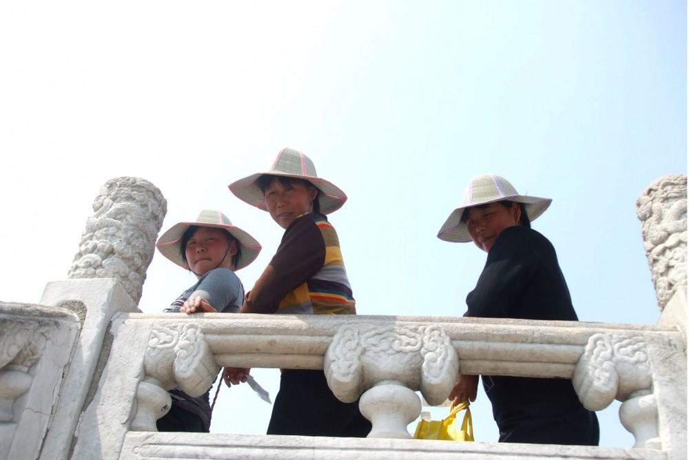 donne cinesi con cappello per ripararsi dal sole