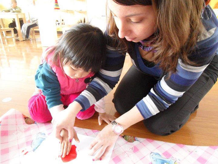 Lucia disegna con bambina cinese