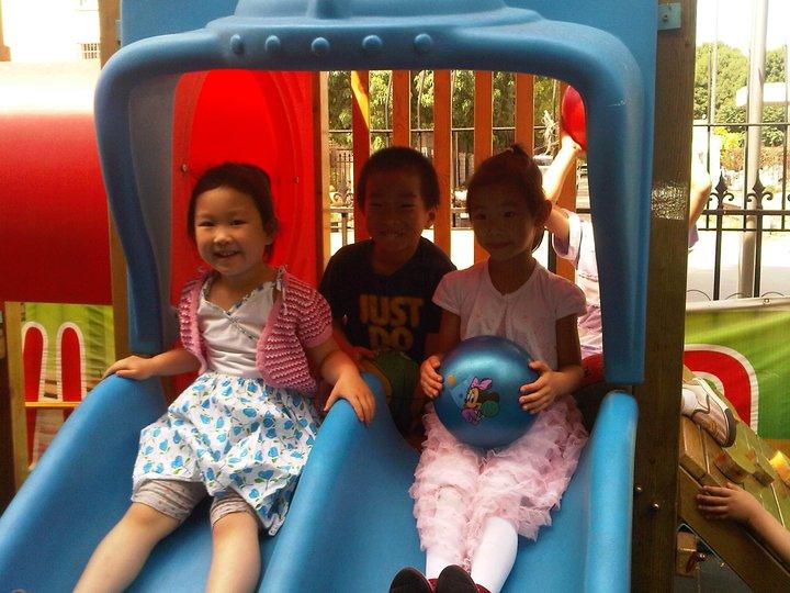 bambini cinesi giocano