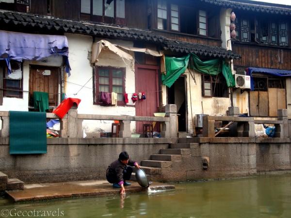donna che lava nel canale