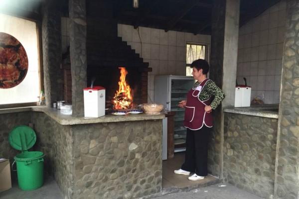 signora rumena che cucina
