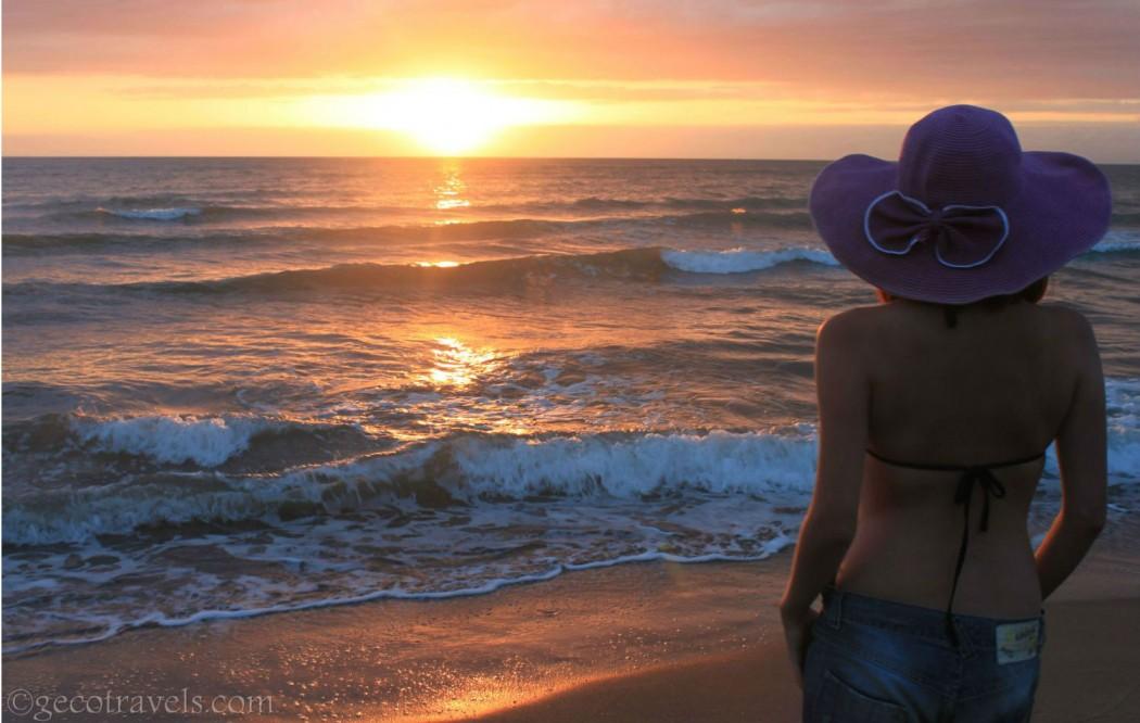 viaggiatrice solitaria osserva tramonto sul mare