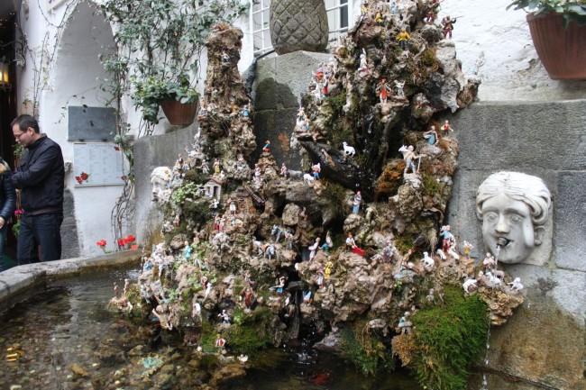 fontana con il presepe Amalfi
