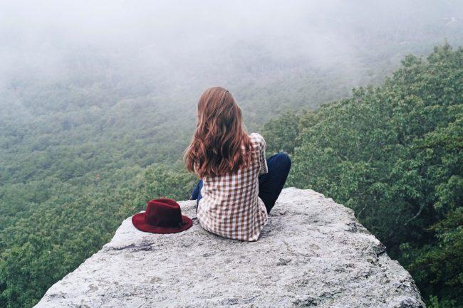 ragazza che osserva il paesaggio