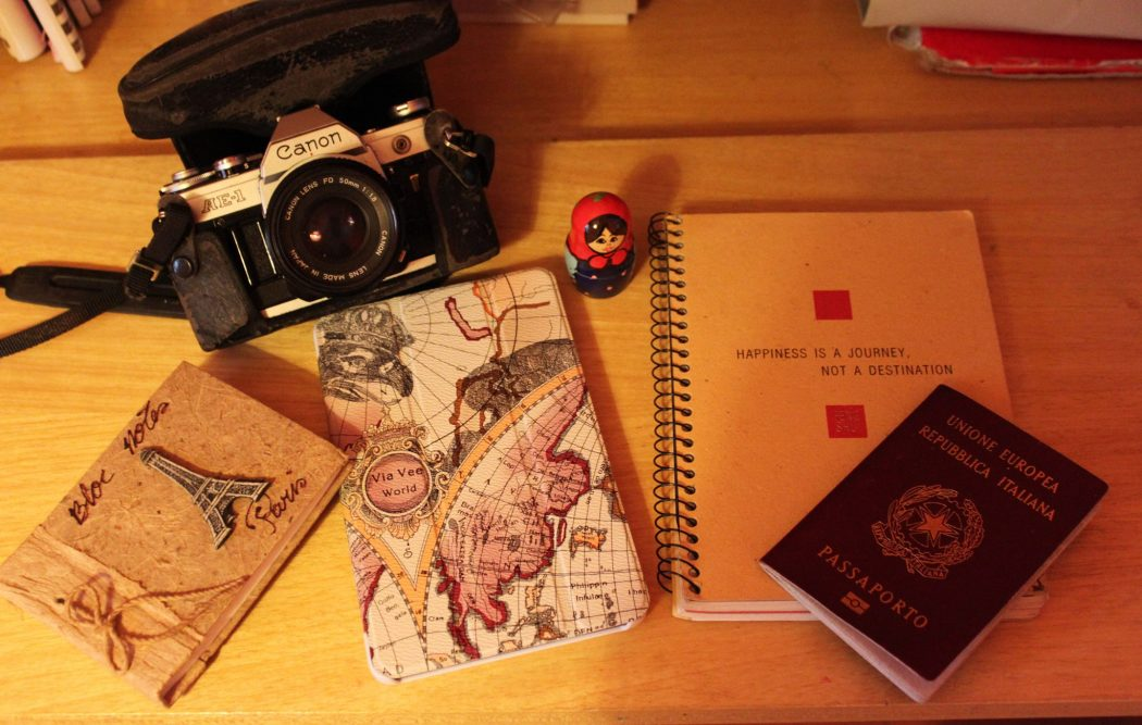 foto con taccuino, vecchia canon, passaporto