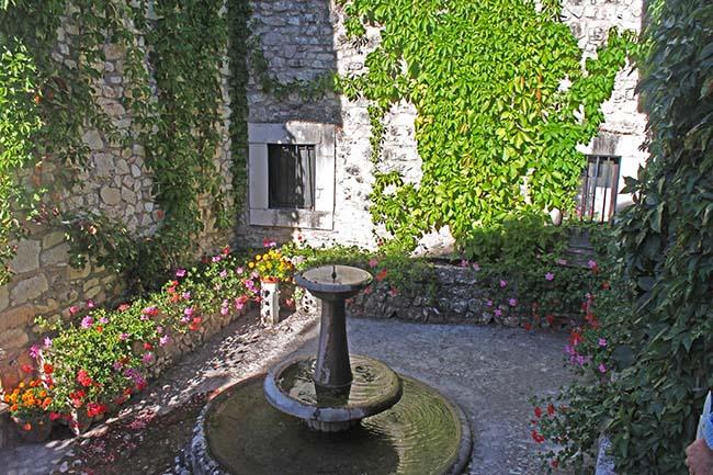 fontana e aiuole al monastero di Santa Rita