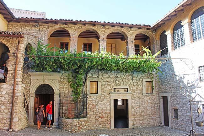 Monastero Santa Rita con vite