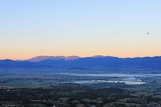 valle santa con nebbia