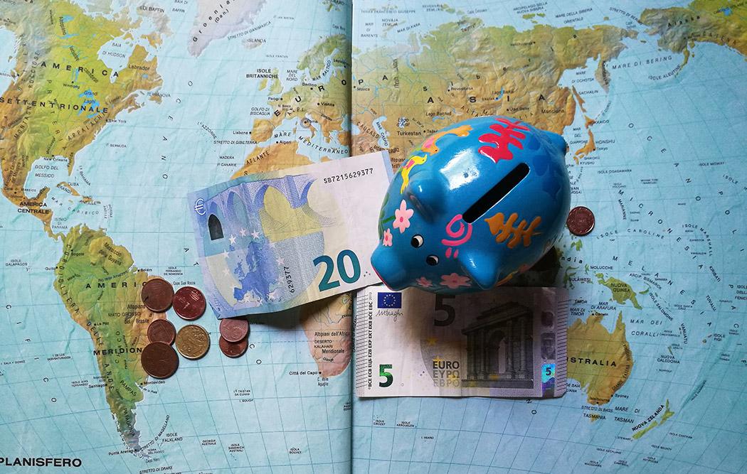 planisfero con banconote e salvadanaio