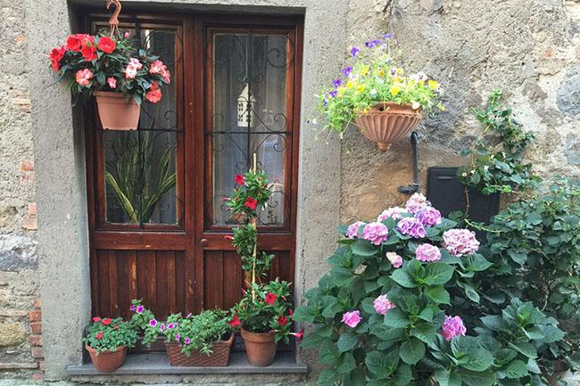 vicoli fioriti a Bolsena