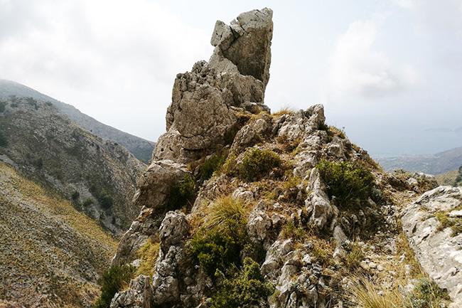 roccia sul sentiero della statua