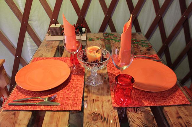 tavola apparecchiata nella yurta