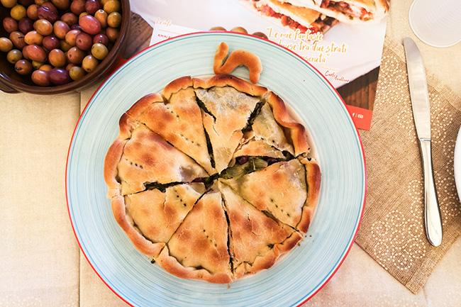 Tiella con scarola e olive